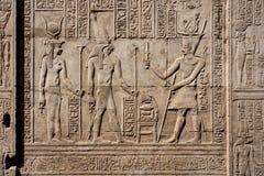 Carvings jerogl?ficos de pedra no templo de Kom Ombo fotografia de stock royalty free