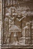 Carvings jerogl?ficos de pedra no templo de Philae fotografia de stock royalty free