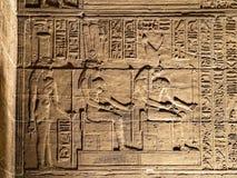 Carvings jerogl?ficos de pedra no templo de Philae imagem de stock