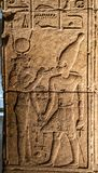 Carvings jerogl?ficos de pedra no templo de Philae fotografia de stock