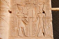 Carvings na parede interna do templo de Edfu, é um dos melhores santuários preservados em Egito, dedicado ao deus Horus do falcão imagens de stock