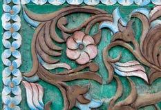 Carvings-Weinlese-Art mit Blumen auf dem Baum-nahtlosen Muster auf hölzernem Stockfoto