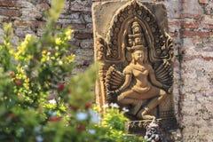 Carvingsstaty i forntida på Wat Yai Chai Mongkol, Pranakorn Sr Arkivfoto