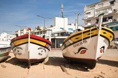 Carvoeiro,葡萄牙- 2016年12月10日, :旅游旅行的两条木传统五颜六色的美丽的木小船向海陷下 库存照片