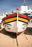 Carvoeiro,葡萄牙- 2016年12月10日, :木传统五颜六色的美丽的木小船 库存图片