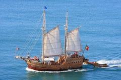 在海洋附近的大西洋carvoeiro在航行 免版税库存图片