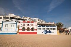 Carvoeiro, Portogallo - 10 dicembre 2016: case portoghesi tradizionali variopinte di architettura sulla spiaggia sabbiosa in ciel Immagini Stock