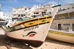 Carvoeiro, Portugal - 10. Dezember 2016: hölzernes traditionelles buntes schönes hölzernes Boot Stockbild