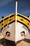 Carvoeiro, Portugal - 10. Dezember 2016: hölzernes traditionelles buntes schönes hölzernes Boot Stockfoto