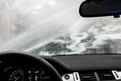Carwash a través de una ventana Imagen de archivo