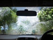 Carwashconcept Water op de automening van binnenuit de auto stock afbeeldingen