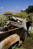 Carwreck oxidado en campo Foto de archivo