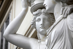 caryatid Statuen von zwei jungen Frauen in Wien Stockbilder