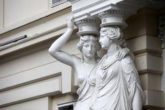 caryatid Statuen von zwei jungen Frauen in Wien Lizenzfreie Stockbilder