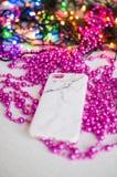 Cas de marbre d'iPhone sur un fond rose avec le bokeh images libres de droits
