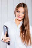 Cas de prise d'employé de bureau de jeune femme avec des dossiers Photo stock