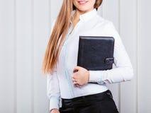 Cas de prise d'employé de bureau de jeune femme avec des dossiers Photos stock