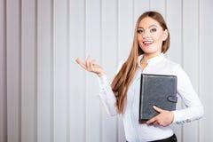 Cas de prise d'employé de bureau de jeune femme avec des dossiers Image libre de droits