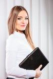 Cas de prise d'employé de bureau de jeune femme avec des dossiers Photographie stock