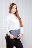 Cas de prise d'employé de bureau de jeune femme avec des dossiers Images stock