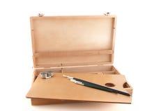 Cas en bois de peintre avec des balais Photo stock