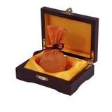 Cas en bois gentil avec le sac orange de cadeau Photographie stock libre de droits