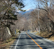 Cas op weg bij bos in Aomori, Japan in werking dat wordt gesteld dat royalty-vrije stock afbeeldingen
