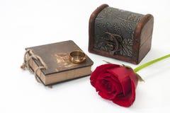 Cas, rose de rouge, notes et anneau d'or en bois Photographie stock libre de droits