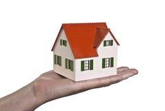 A casa é levada em uma mão Foto de Stock Royalty Free