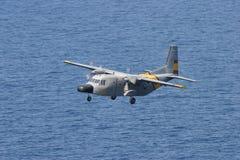 CASA γ-212 aviocar κατά τη διάρκεια των ελιγμών διάσωσης εν πτήσει στοκ εικόνα με δικαίωμα ελεύθερης χρήσης