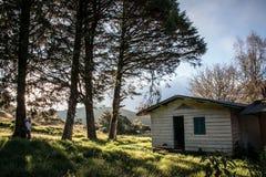Casa abandonada admirada por una muchacha Imágenes de archivo libres de regalías