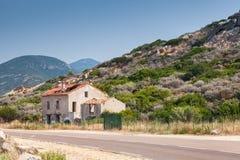Casa abandonada cerca de una carretera, Córcega Foto de archivo libre de regalías