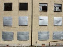 Casa abandonada com embarcado acima de Windows Imagem de Stock