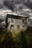 Casa abandonada com fantasmas do vôo Fotografia de Stock