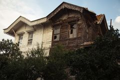 Casa abandonada com janelas quebradas Imagem de Stock Royalty Free