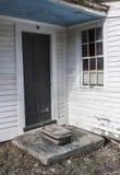 Casa abandonada com a mala de viagem velha na etapa imagens de stock