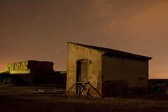 Casa abandonada con las estrellas Imágenes de archivo libres de regalías