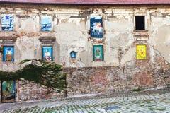 Casa abandonada con las pinturas en ventanas Fotos de archivo