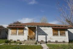 Casa abandonada con subido encima de Windows fotografía de archivo