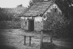 Casa abandonada Cuartel de la casa con viejo bien en yarda Imagenes de archivo