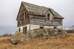 Casa abandonada de la granja en pradera Fotografía de archivo