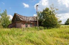 Casa abandonada de madeira velha na vila do russo Fotografia de Stock