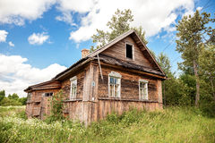 Casa abandonada de madeira velha na vila do russo Região de Novgorod, Fotos de Stock Royalty Free