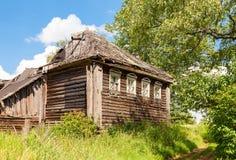 Casa abandonada de madeira velha na vila Região de Novgorod, Imagem de Stock Royalty Free
