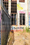Casa abandonada del poder: Cerca Line Imagen de archivo