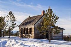 Casa abandonada delante de las montañas Foto de archivo libre de regalías
