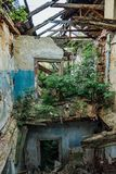 Casa abandonada demasiado grande para su edad perdida putrefacta vieja Tejado y piso arruinados fotografía de archivo