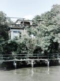 Casa abandonada do canal no dia ensolarado Foto de Stock