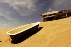 A casa abandonada e o banho no Kolmanskop Fotos de Stock Royalty Free