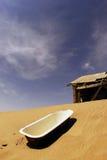 A casa abandonada e o banho no Kolmanskop Fotografia de Stock Royalty Free